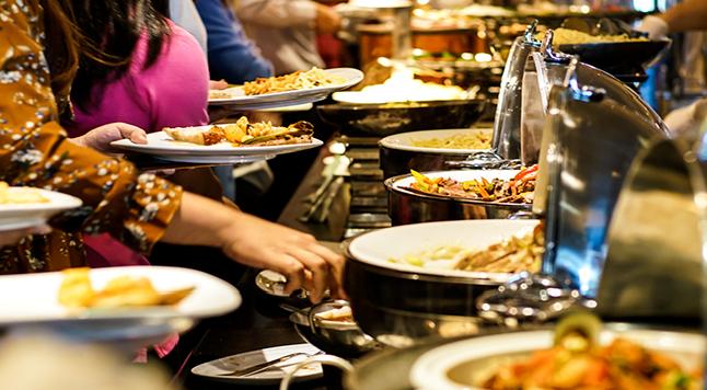 吃自助餐时,为啥总感觉没吃多少就饱了?